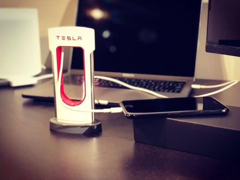 iPhone töltése Superchargerről
